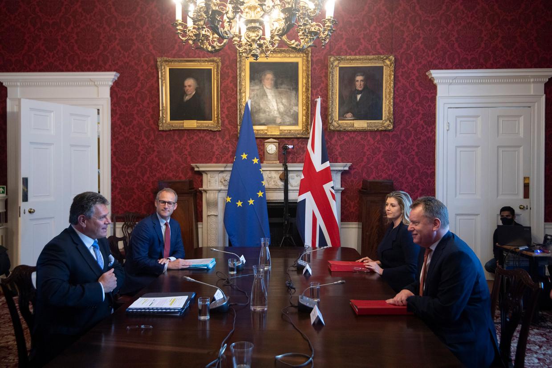 Vicevoorzitter Maros Sefcovic van de Europese Commissie (links) was woensdag in Londen voor brexitoverleg met de Britse minister David Frost (rechts). Beeld AP