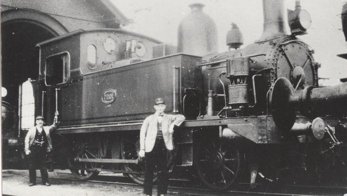Locomotief NS7201 bij de locomotievenloods in Barneveld.