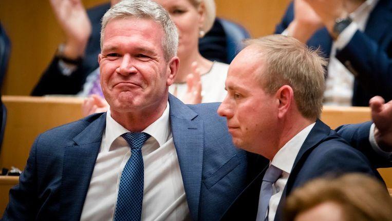 Elbert Dijkgraaf (L) bij zijn afscheid van de Tweede Kamer, samen met SGP-leider Kees van der Staaij. Beeld ANP