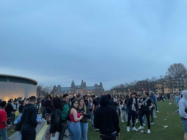 Ook op het Museumplein hielden veel mensen zich niet aan de coronaregels. Beeld Het Parool