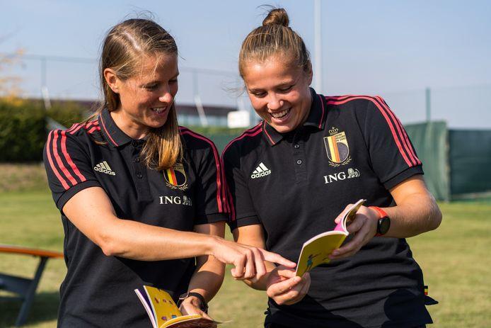 Lowiese Seynhaeve vindt 'concurrente' Justien Odeurs, rechts in beeld met Red Flame Lenie Onzia met het zakwoordenboekje voor anderstalige spelertjes, een fijne collega.