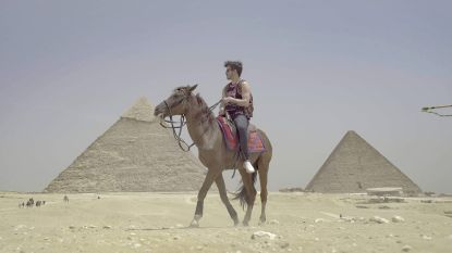 Vlaamse kunstenaar riskeerde celstraf in Egypte om kunstwerk bovenop piramide te droppen