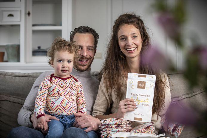Sterre Olde Monnikhof en haar man Vincent Bilanovic (en dochter Sia) uit Ootmarsum zijn met bijzondere lijn baby- en peuterrompertjes op de markt gekomen. Abonnement op duurzame rompertjes, met print, maandelijks een nieuwe.