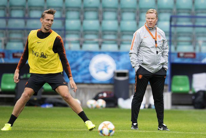 Luuk de Jong (l) met Ronald Koeman, toen nog bondscoach van Oranje, in 2019.