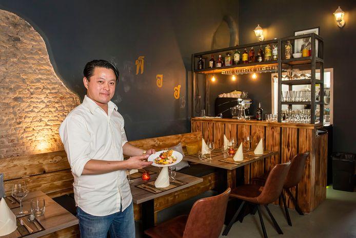 Eigenaar Thong in zijn restaurant T-Thai.