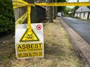 Bij de brand in Putte is asbest vrijgekomen. De weg is afgezet en is dinsdagmiddag schoongemaakt.