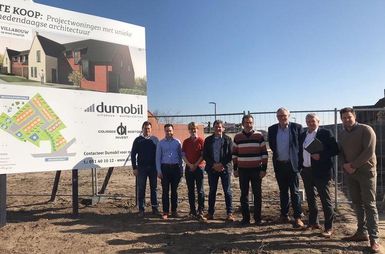 Vertegenwoordigers van Dumobil en Coussée-Bostoen lanceren samen met enkele leden van het schepencollege van Wingene het nieuwe bouwproject in Zwevezele