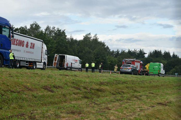 Op de A32 botsten een busje en een vrachtwagen.
