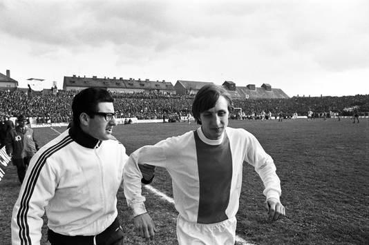 Ajax-speler Johan Cruijff (rechts) en verzorger Salo Muller in 1969 tijdens de returnwedstrijd van de halve finale in de Europacup I.