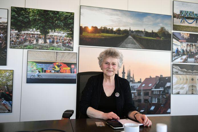 Denise Vandevoort (Vooruit) krijgt soms te horen dat ze met haar nieuw kapsel lijkt op een icoon van VRT.