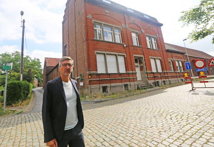 Projectontwikkelaar Lode Verdoodt bij het imposante hoevecomplex in Sint-Martens-Bodegem.