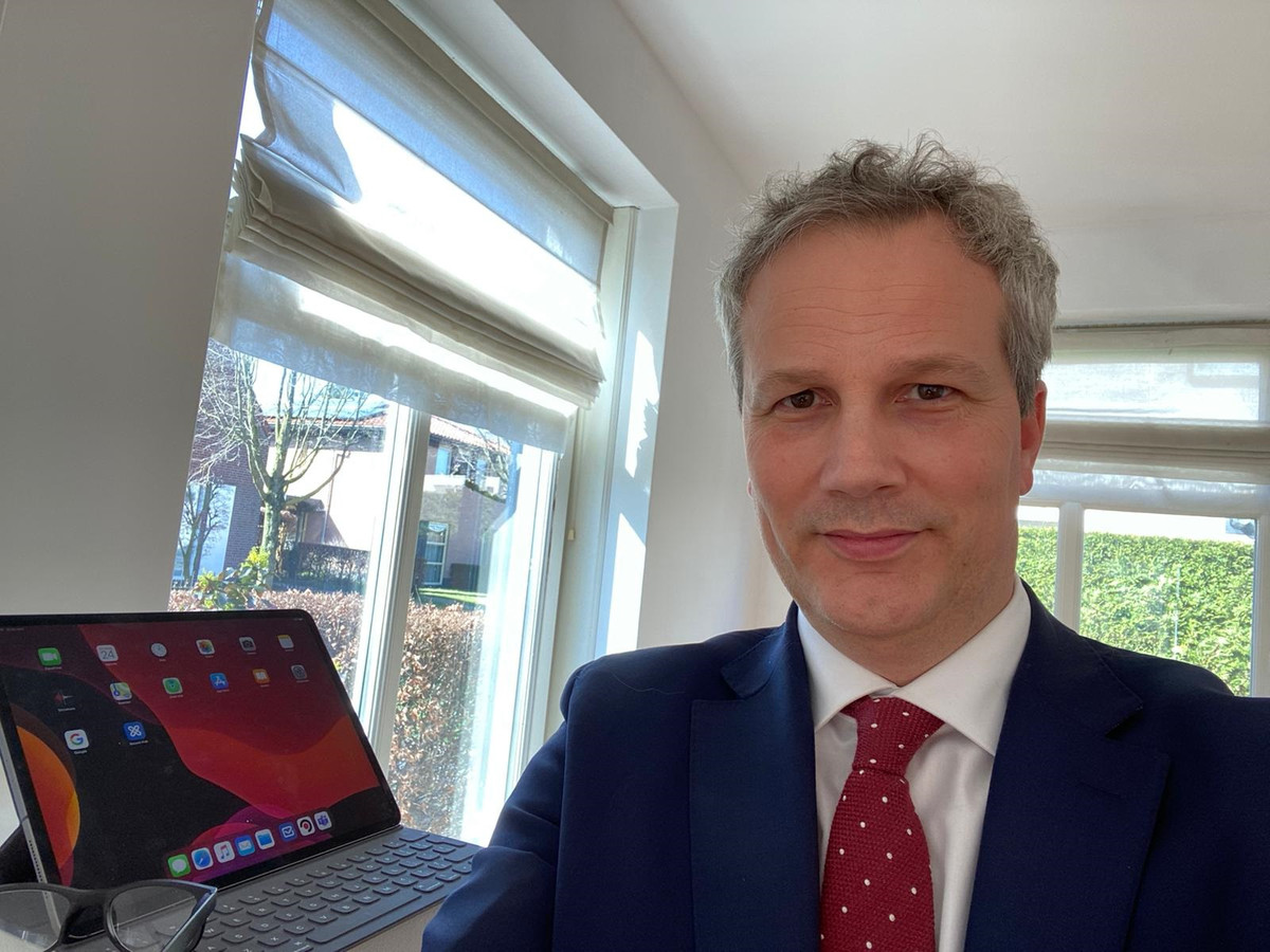 Selfie van de Hilvarenbeekse burgemeester Evert Weys, thuis in zijn nieuwe woning.