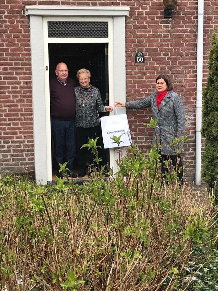 Burgemeester Arinda Callewaert reikt een presentje uit aan het paar Benning-Koning uit Bergeijk.
