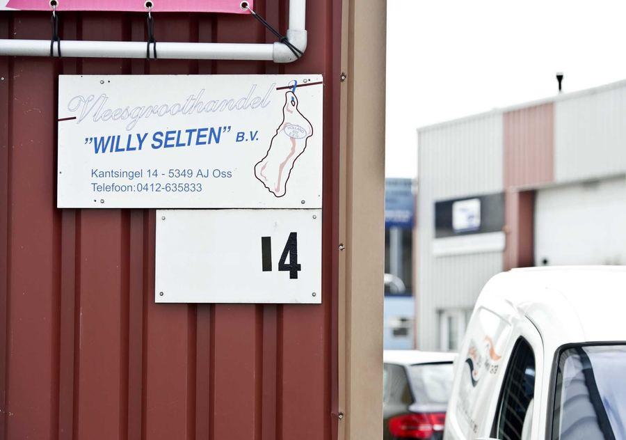 Het naambord van vleesverwerker Willy Selten. De verdachte vleesgroothandel is failliet verklaard.