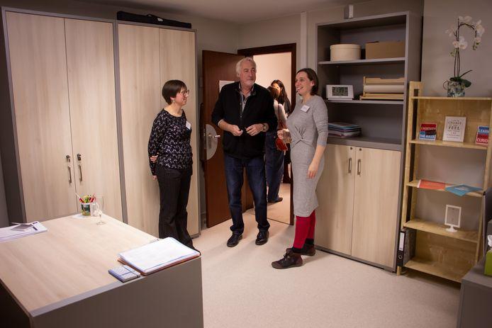 Katrien Verschueren van LMN Hageland toont de nieuwe raadplegingslokalen.