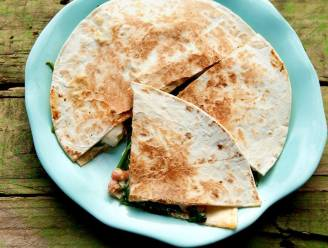 Bak een quesadilla met spinazie en chorizo