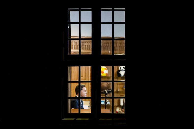 Premier Mark Rutte in zijn werkkamer in het Torentje voorafgaand aan zijn toespraak over de lockdown. Beeld ANP