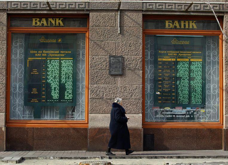 Een bank in Kiev. De hryvnia, de Oekraïense munt, staat onder druk door de onrust in het land. Beeld epa