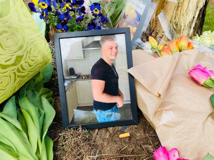 Op de plaats van het ongeval werd een gedenkplaats met bloemen en foto's van Tibau Verelst ingericht.