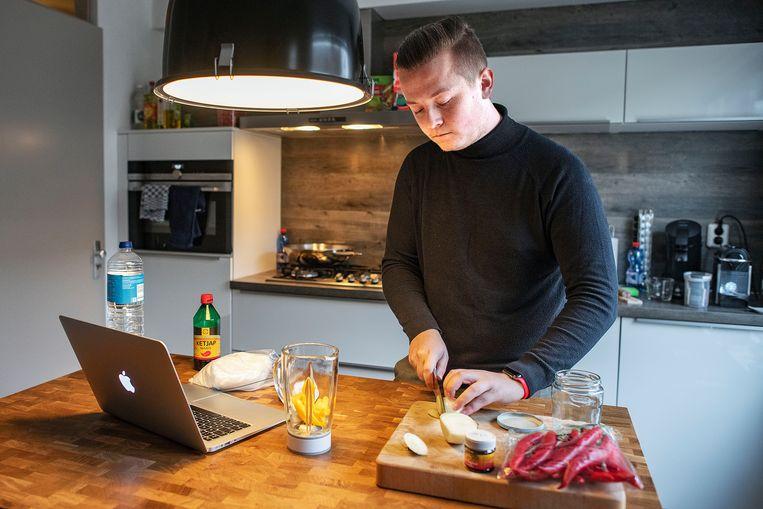 Rolf-Jurien van Dissel maakt sambal tijdens kookles. Beeld Guus Dubbelman / de Volkskrant