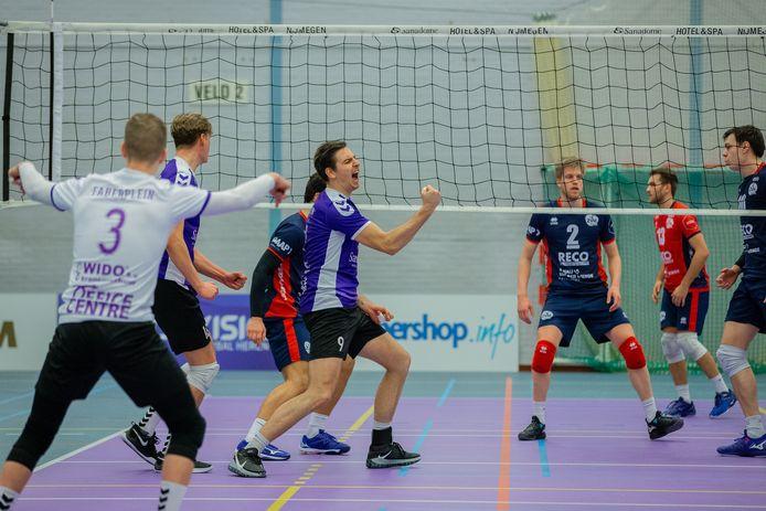 Blijdschap bij de volleyballers van Vocasa na een punt tegen ZVH.