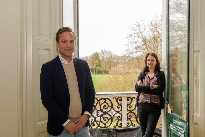 Valuas-directeur Erik van den Boom en locatiemanager Heleen Engbers in een van de zorgappartementen van de Wulperhorst.