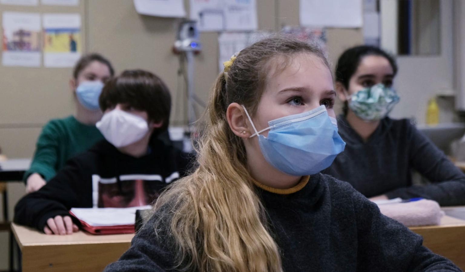 Juliette Braekeveldt, met blauw masker aan.