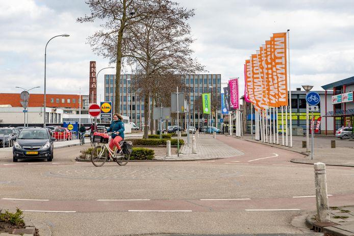 De Marconistraat (woonboulevard in Goes) met het berichte slingerfietspad.