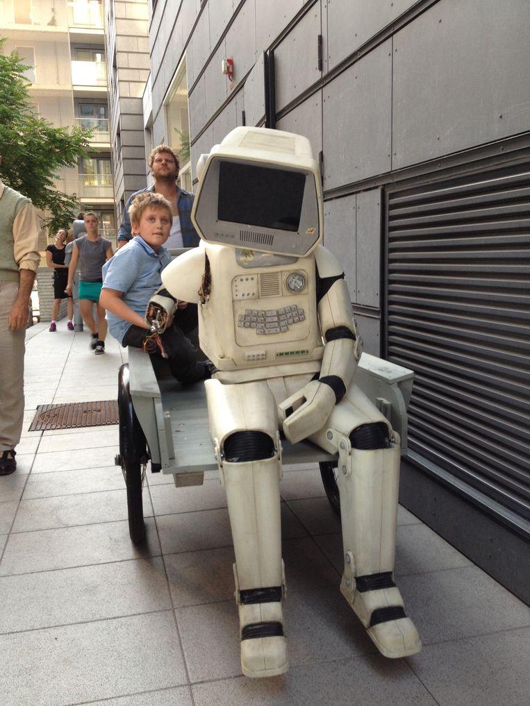Abdelhadi Baaddi als afgedankte robot op de set van de telefilm T.I.M. (2013) van Rolf van Eijk Beeld privé-archief Abdelhadi Baaddi