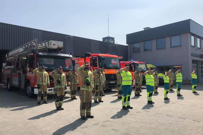 Brandweermannen en ambulanciers van brandweerpost Herzele hielden een korte plechtigheid ter nagedachtenis van de slachtoffers van de watersnood.