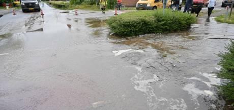 Kruispunt in Rijsbergen komt door kapotte waterleiding blank te staan, 'sinkhole' ontstaat op fietspad