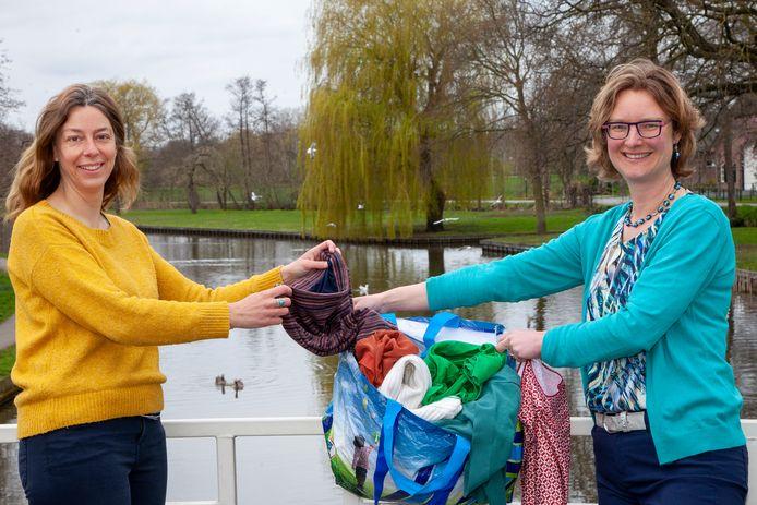Marije de Nood en Marlies Boone (in outfit uit de reizende tas) begonnen een Ketting Kledingruil in Woerden