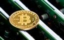 Een munt met daarop het bitcoinlogo.
