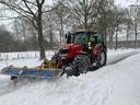 Een medewerker van de gemeente Bronckhorst schuift de sneeuw van de straten.