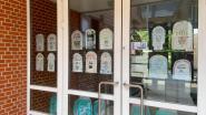 Gezocht: ramen om raadsels achter te hangen voor speurtocht