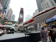Un vaisseau de Star Wars grandeur nature sur Times Square... en Lego