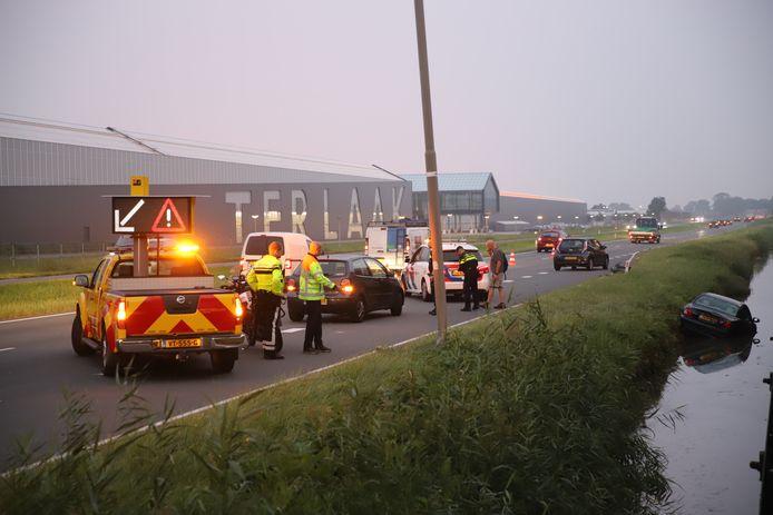 Een automobilist is vrijdagochtend in het water langs de Wippolderlaan beland. De bestuurder kon zelfstandig uit de auto komen en raakte niet gewond.