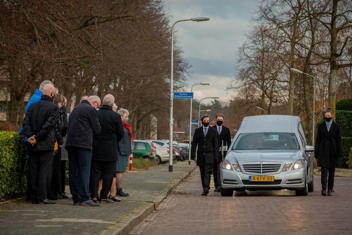 De rouwstoet van Sebastiaan arriveert bij begraafplaats Sint Barbara in Brakkenstein.