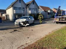 Veel schade na botsing tussen auto en vrachtwagen in Hengelo