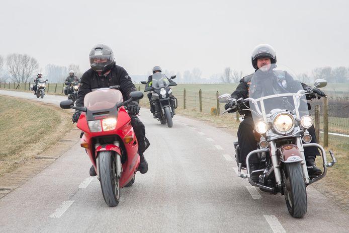 Een groepje van vijf motorrijders op de Lekdijk.