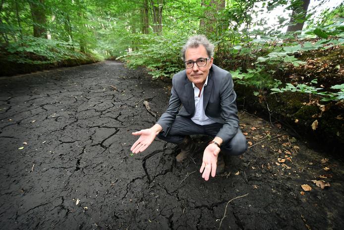 Goor - Watergraaf Stefan Kuks bij drooggevallen Diepenheimse Molenbeek