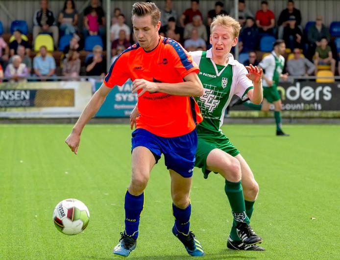 Vincent van den Groenendaal van SV Valkenswaard laat Sean Gilbert van RPC achter zich in de halve finale van de nacompetitie.