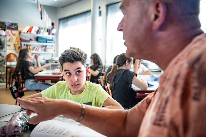 Leraar Paul geeft biologieles lagere school Onze Wereld in de Haagse wijk Transvaal.  Beeld Guus Dubbelman/de Volkskrant