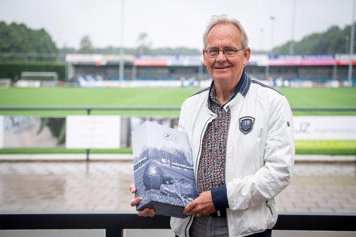 Jan Pieter van Vree met zijn standaardwerk over De Zweef.