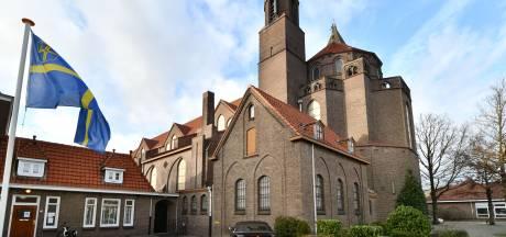 Tweede Pinksterdag zeggen parochianen hun Drieëenheidkerk in Oldenzaal vaarwel; 'Sluiting van een kerk is altijd een droevige situatie'