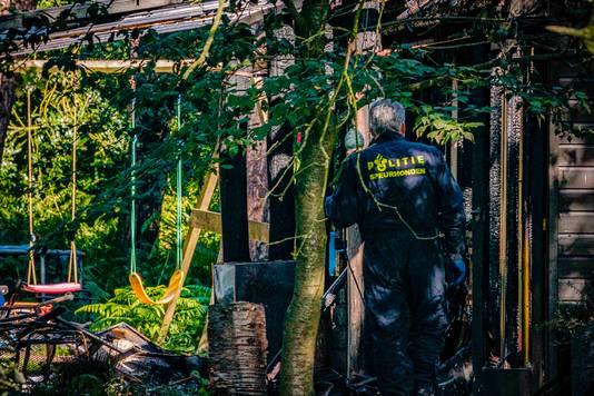 Politieonderzoek bij de restanten van de chalet waarin twee kinderen om het leven zijn gekomen bij een brand. De kinderen sliepen bij de oma van een van de jongens. De vrouw wist met nog een ander kind op tijd het chalet aan de Daesdonckseweg te verlaten.