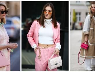 Geef je outfit een kleurboost met een roze handtas