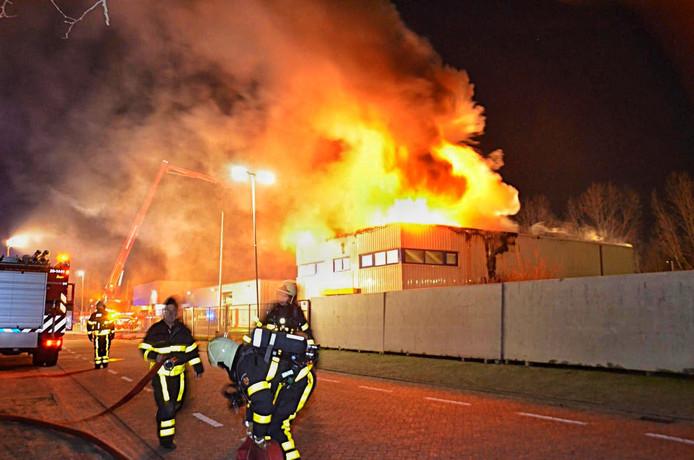 Leegstaand kantoorpand van Imtech staat in brand in Hoogerheide.