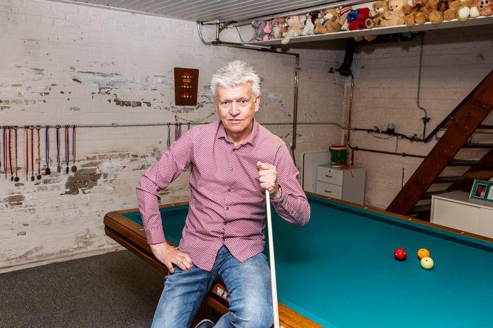 Jos Bongers bij zijn biljarttafel in het souterrain van zijn woning.