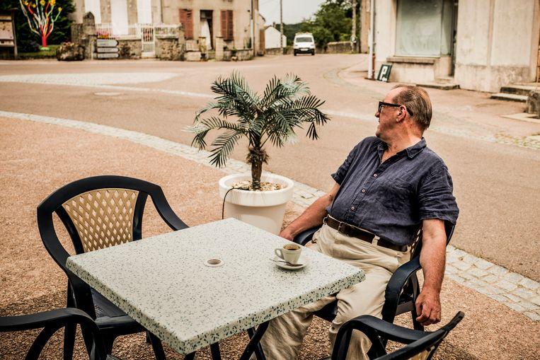 Josse De Pauw op het terras van Brasserie de l'Eglise in de Morvan. Beeld Diego Franssens